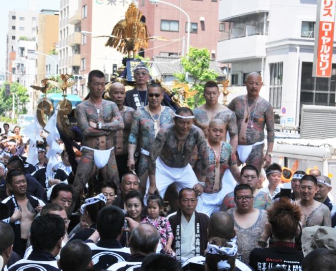 Yakuza en el festival Sanja Matsuri.