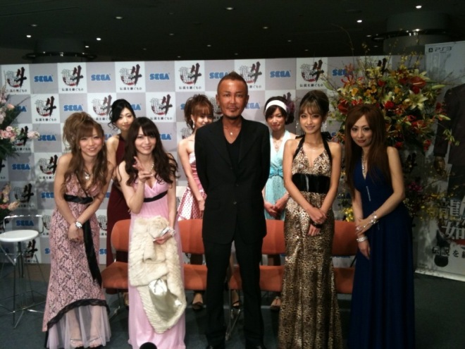 Toshiro Nagoshi y las hostesses de Yakuza 4, las más votadas por los fans en un concurso al que se presentaron actrices, modelos y hasta pornostars.